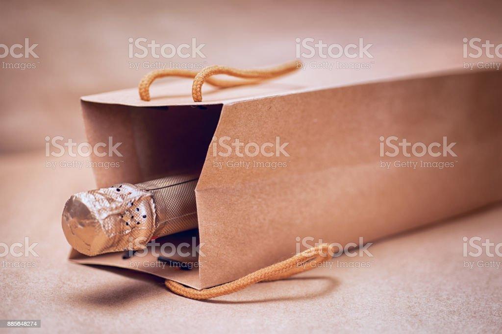 El sanatları Hediyelik çanta soyut craft kağıt arka plan üzerinde köpüklü şarap stok fotoğrafı