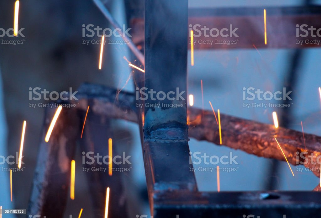 Sparks and jets of smoke when welding of steel structures photo libre de droits