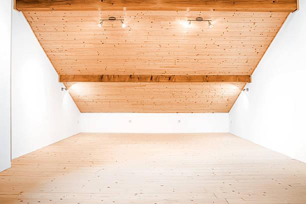 spärlichkeit und hellen leere hölzerne dachzimmer mit weißen wänden - dachschräge einrichten stock-fotos und bilder