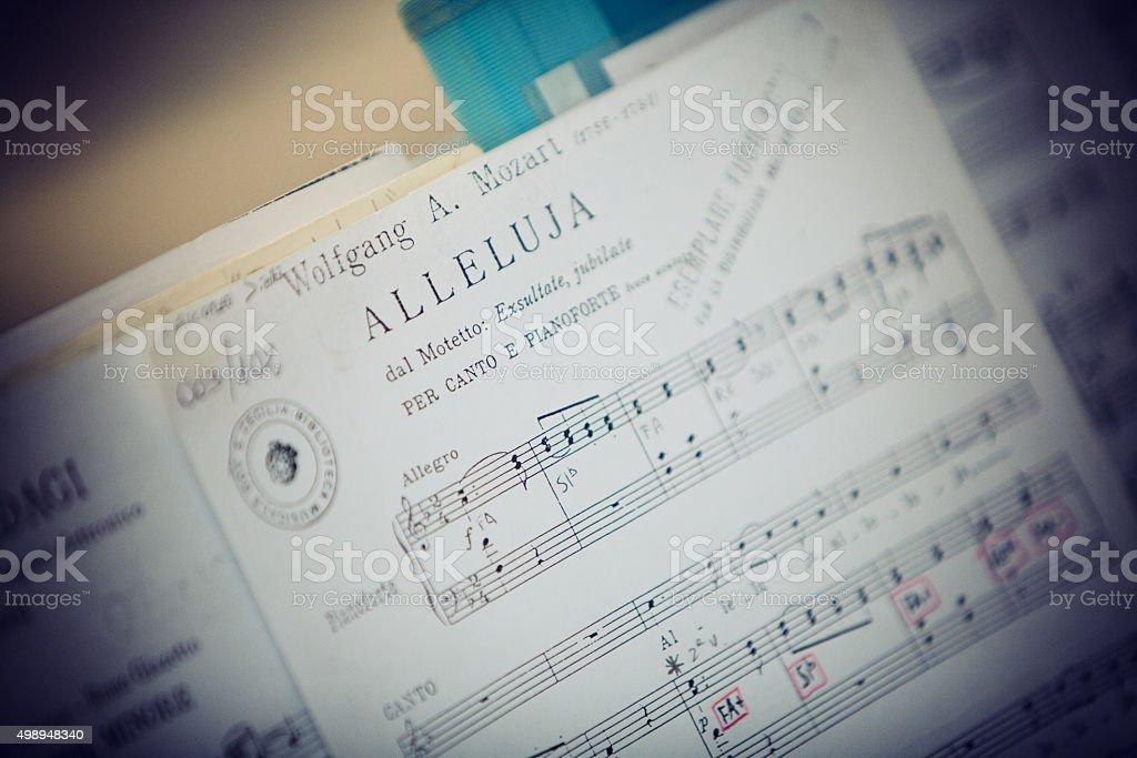 spartito musicale in chiesa stock photo