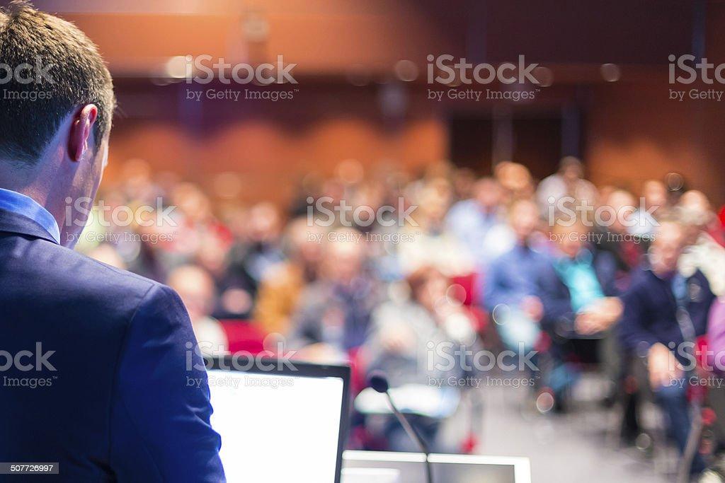 Altavoz en conferencia de negocios y la presentación. - foto de stock
