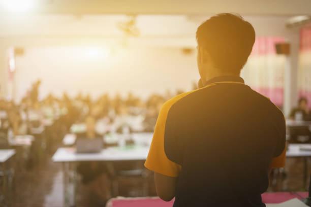 Referent hält einen Vortrag über Corporate Business Conference. Publikum im Sitzungssaal oder Seminarraum mit Anwesenshintergrund. Geschäftsmann und Entrepreneurship event.Vintage Farbe selektiver Fokus – Foto