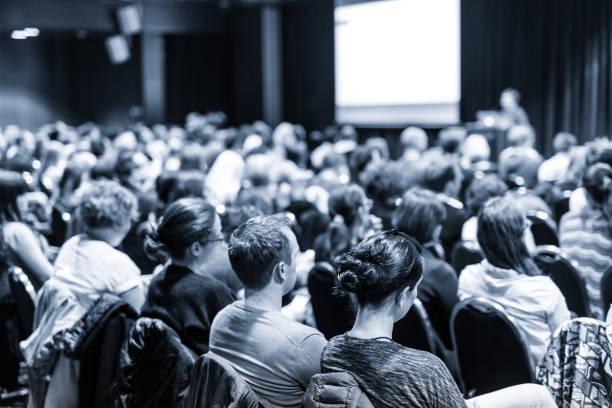 relatore che ha presentato la conferenza aziendale scientifica. - evento foto e immagini stock