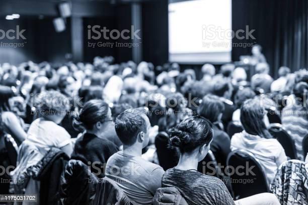 Спикер Выступил С Докладом На Научной Бизнесконференции — стоковые фотографии и другие картинки Бизнес