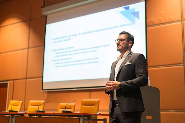 Redner auf dem podium so sprechen auf Business Konferenz.   – Foto