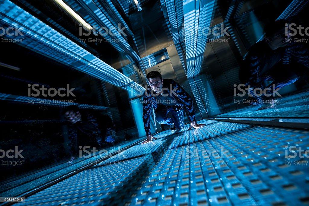 Agente Especial En Una Zona Oscura Rastreo - Stock Foto e Imagen de ...