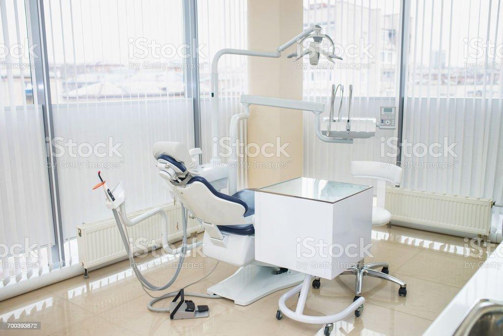 Especial equipo dental en el consultorio del dentista, interior con ventanas panorámicas - foto de stock