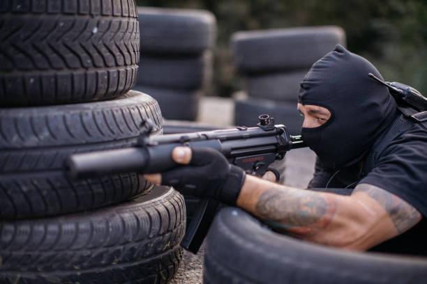 spezialeinheiten polizei mann zeigte eine gewehr - wächter tattoo stock-fotos und bilder