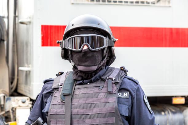 Special Forces Soldat von Rosgvardia in Uniform mit Helm – Foto