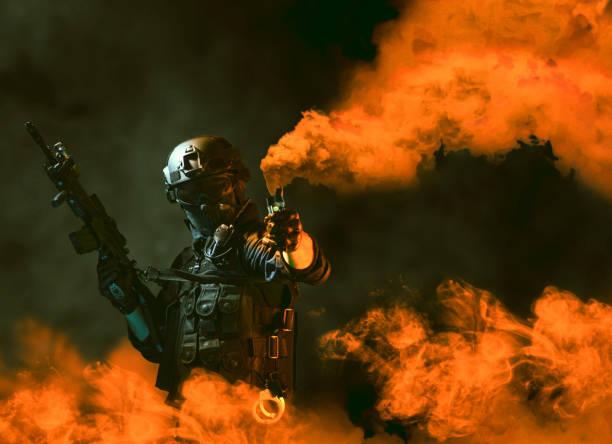 Özel kuvvetler asker polis, swat ekibi üyesi duman bombası kullanarak stok fotoğrafı