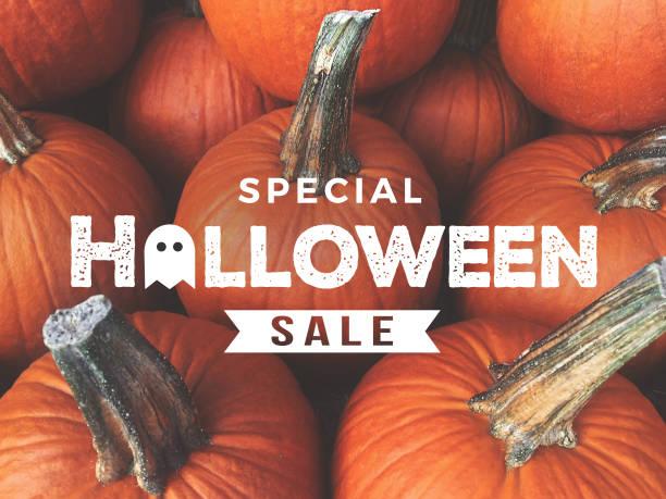 spezielle halloween verkauf text über kürbisse hintergrund - kürbis kaufen stock-fotos und bilder