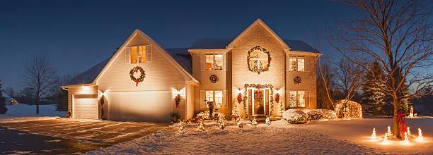 special holiday decorated home with evening christmas lighting, fluffy snow - weihnachtlich beleuchtete häuser stock-fotos und bilder