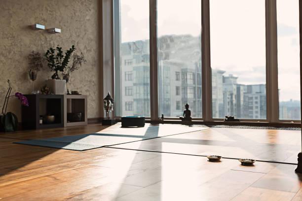 spezieller raum für yoga in wohnung - meditationsräume stock-fotos und bilder