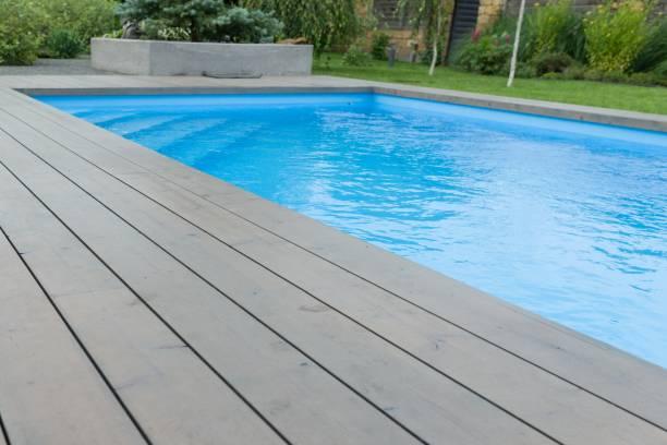 spezielle holzbrett rund um den swimmingpool, textur, hintergrund. - stockwerke des waldes stock-fotos und bilder