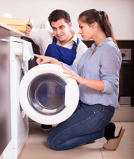 spezialist mit tools und frau - waschmaschine fotos stock-fotos und bilder