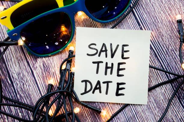 brille mit verschiedenen farben, vereinzelte lichter und ein erinnern hinweis: save the date im bild vorhanden ist. diese besonders hervorzuheben, bitten jemanden, ein ereignis oder einen bestimmten tag erinnern - verlobungsfeier einladungen stock-fotos und bilder