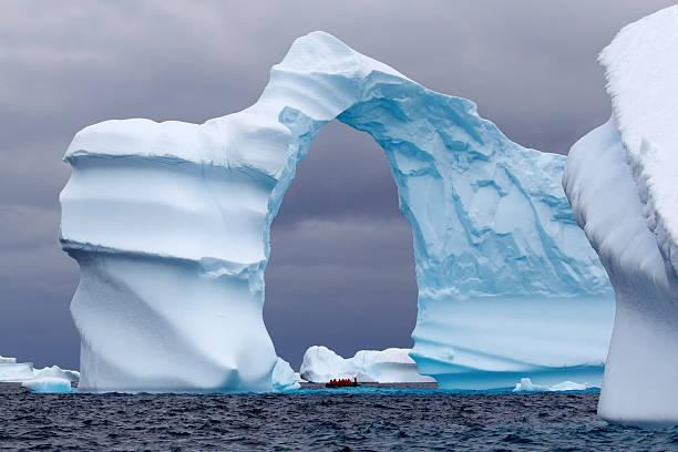 Espectacular en forma de arco para empezar en la Antártida - foto de stock