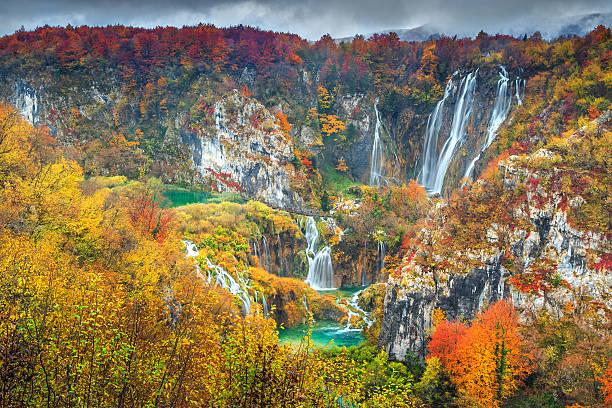 spectacular autumn landscape with magical waterfalls in plitvice lakes,croatia - nationalpark plitvicer seen stock-fotos und bilder
