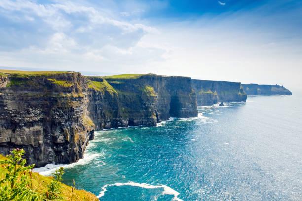 Spektakuläre Klippen von Moher sind Meeresklippen am südwestlichen Rand der Burren-Region in der Grafschaft Clare, Irland. Wilder Atlantik-Weg – Foto
