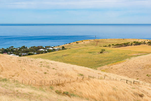 Paysage spectaculaire avec des collines et la mer sur une belle journée ensoleillée - Photo