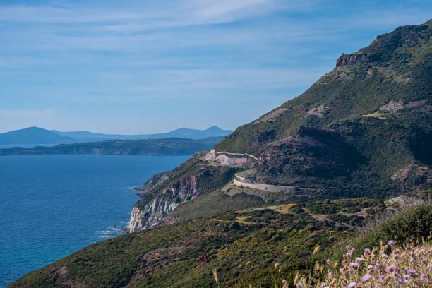 Spektakuläre Landschaften, atemberaubende Klippen, bezaubernde Dörfer und historische Wahrzeichen entlang der Küstenstraße zwischen Alghero und Bossa, Sardinien, Italien. Einer der schönsten Orte Italiens. – Foto
