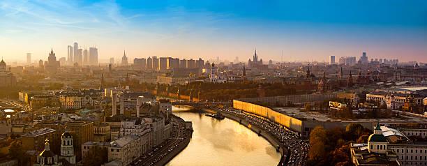 vistas panorâmicas espetaculares da cidade de moscou com golden rio no pôr-do-sol - moscovo - fotografias e filmes do acervo