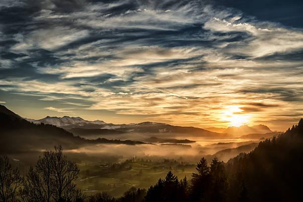 atemberaubenden sonnenuntergang über der landschaft im europäischen alpen im winter - deutsche bäume stock-fotos und bilder
