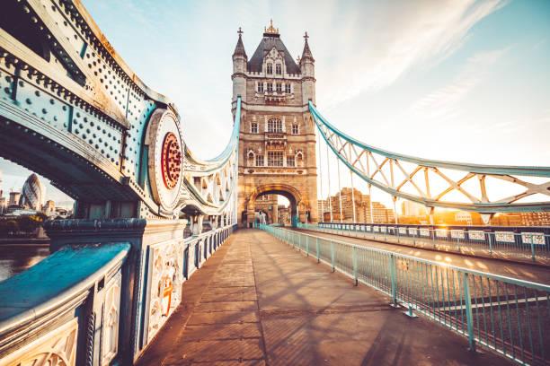 spectaculaire tower bridge in londen bij zonsondergang - londen engeland stockfoto's en -beelden