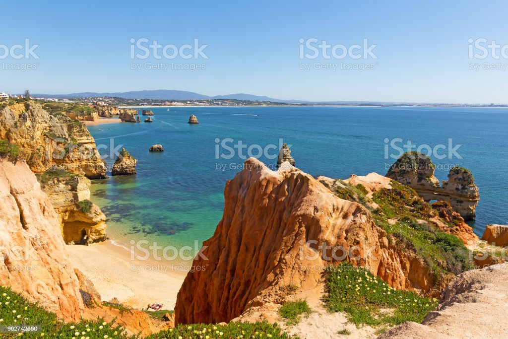 Spectacular views and secluded small beaches on Algarve coastline in Portugal. - Foto stock royalty-free di Acqua