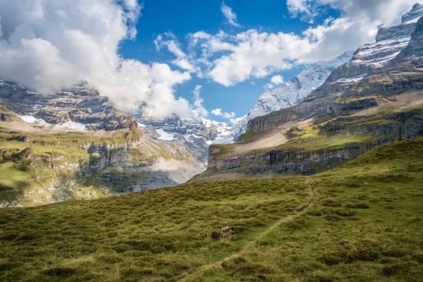 Spektakuläre Aussicht in das Tal namens Kiental (Berner Oberland, Schweiz) – Foto