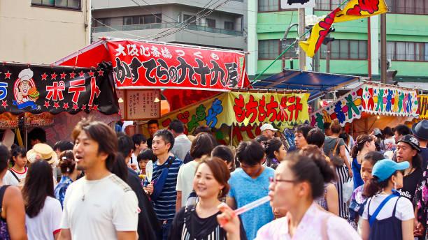 平塚の路上で見物人と屋台 - 七夕の写真 ストックフォトと画像