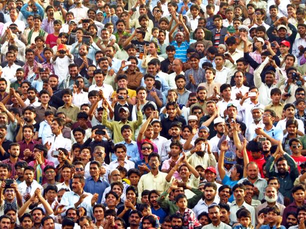 spectators at border closing ceremony between pakistan and india, wagha border - pakistano foto e immagini stock