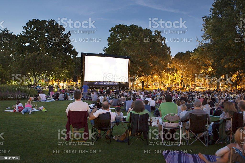 Zuschauer im Open-Air-Kino – Foto