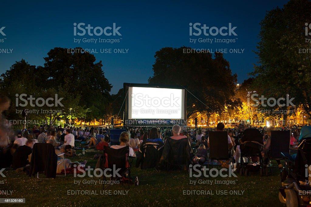 Zuschauer im Open-Air-Kino Sommer Nacht – Foto