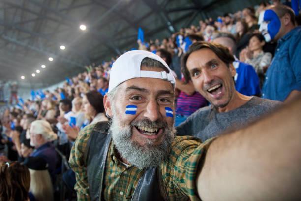 zuschauer im stadion jubelt - fussball fan stock-fotos und bilder