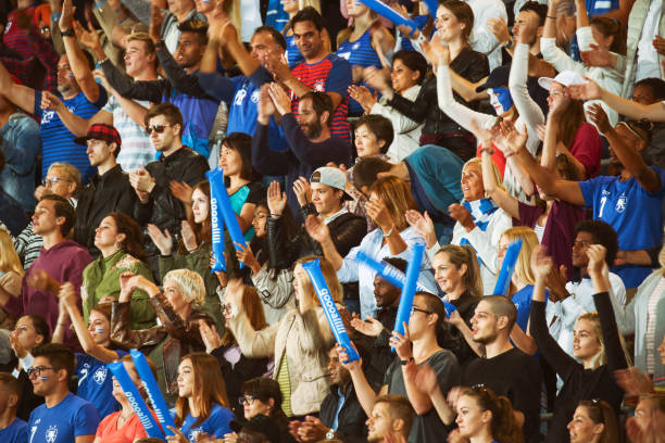 Zuschauer klatschen auf einem Stadion – Foto