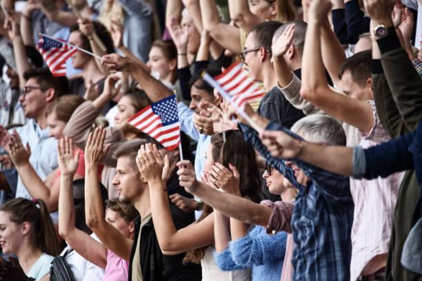 espectadores en un estadio con estados unidos tocando - election fotografías e imágenes de stock