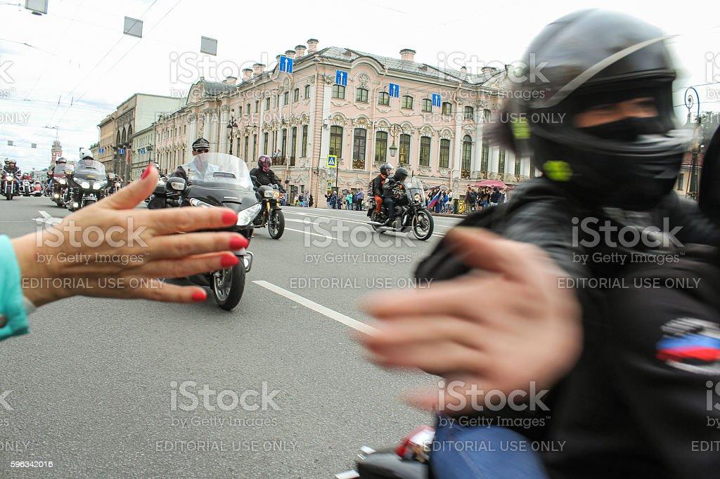 Spectators welcome bikers. Lizenzfreies stock-foto
