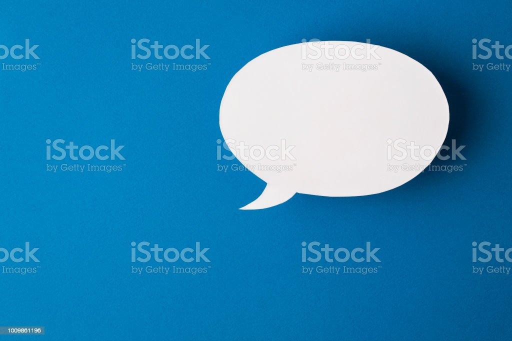 bolha do discurso sobre fundo azul - foto de acervo
