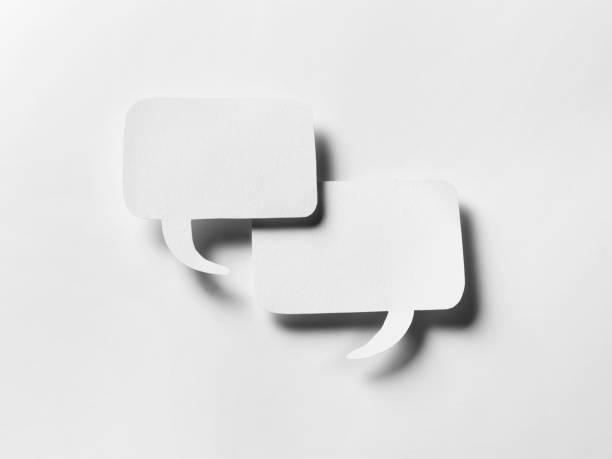 sprechblasen-chat auf uni weiß - gründe zitate stock-fotos und bilder