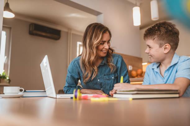 sprachtherapeut unterrichtet eine sprache und autistisches kind - homeschooling stock-fotos und bilder