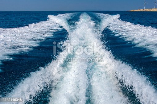 Speed boat wake