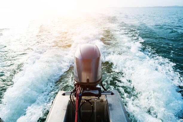 geschwindigkeit des bootes motoren mit voller geschwindigkeit fahren - rudermaschine stock-fotos und bilder
