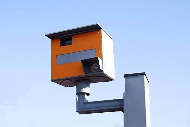 - kamera vor blauem himmel - geschwindigkeitskontrolle stock-fotos und bilder