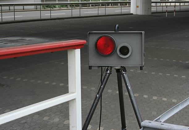 speed camera - geschwindigkeitskontrolle stock-fotos und bilder