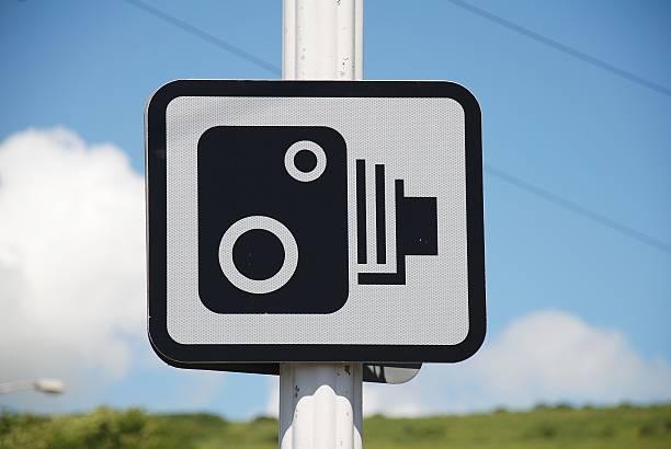 geschwindigkeitsüberwachungskamera schild, folkestone - geschwindigkeitskontrolle stock-fotos und bilder