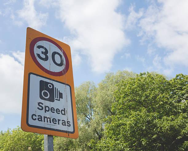 geschwindigkeitsüberwachungskamera-schild - geschwindigkeitskontrolle stock-fotos und bilder