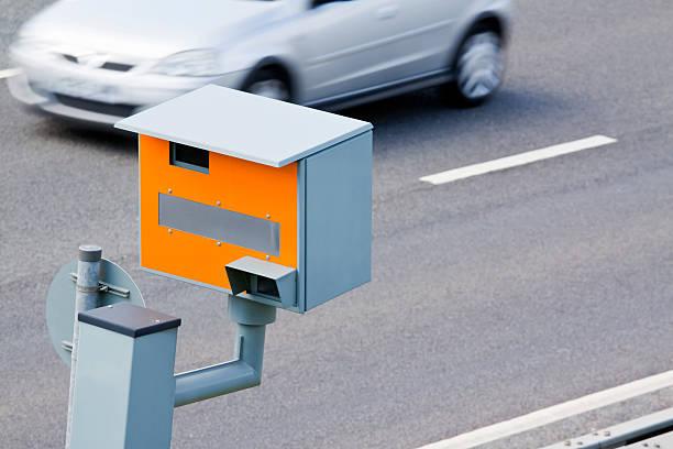geschwindigkeitsüberwachungskamera uk - geschwindigkeitskontrolle stock-fotos und bilder