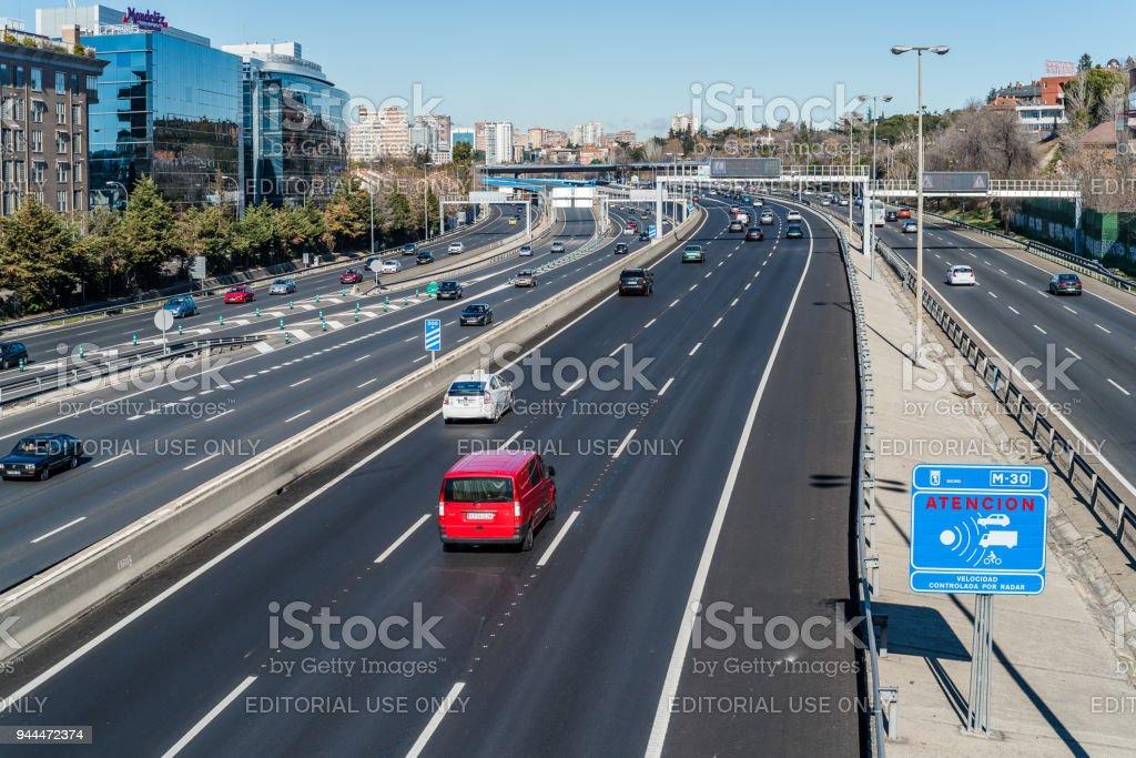 Radar de control de velocidad en autopista foto de stock libre de derechos