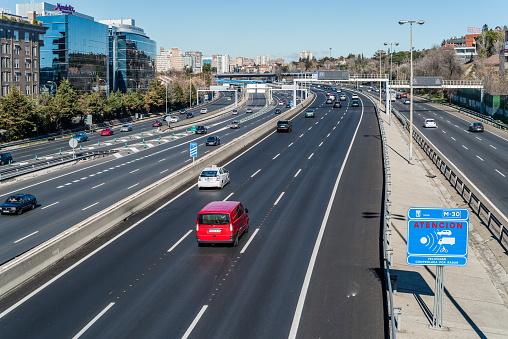 Radar De Control De Velocidad En Autopista Foto de stock y más banco de imágenes de Aire libre